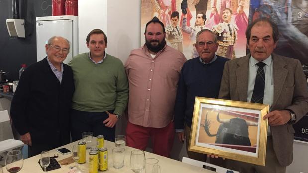 Antonio y Eduardo Miura con miembros del Circulo Taurino Puerta Carmona