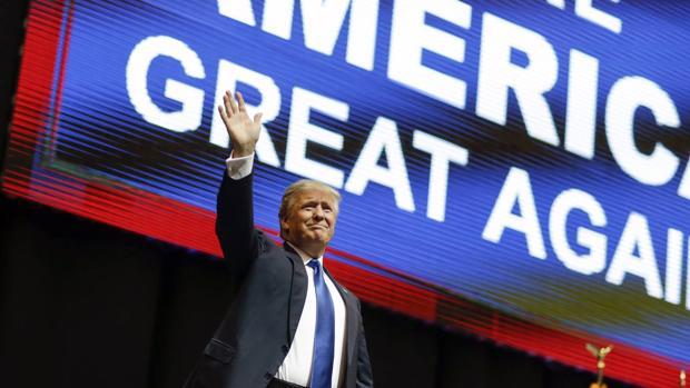 «Asistimos a la reaparición de viejos fantasmas políticos -escribe el autor-: el nacionalismo, la xenofobia, el populismo». Que la emoción se imponga a la razón explica, según él, el triunfo de Donald Trump (en la imagen)
