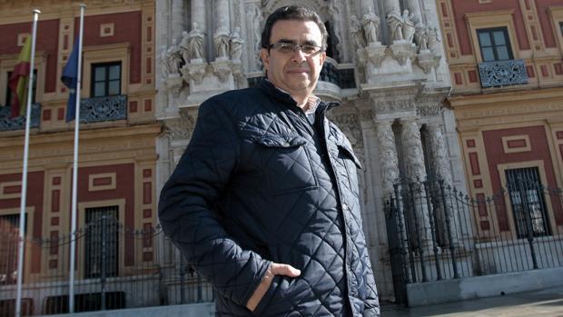 El escritor y periodista Francisco Robles posa para ABC frente al palacio de San Telmo