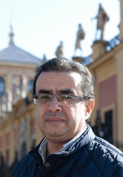 Francisco Robles, bajo las figuras creadas por Susillo en San Telmo