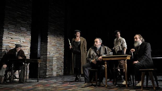Enric Benavent (Latino de Hispalis) y Gonzalo de Castro (Max Estrella) en una escena de «Luces de Bohemia»