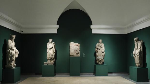 Cinco de las esculturas del Maestro Mateo, en la Cripta del Prado