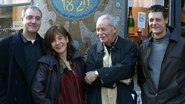 Eduardo Mendoza, junto a Rosa Novell, Jordi Bosch y Pere Eugeni Font, directora y actores de su obra teatral «Graves cuestiones»