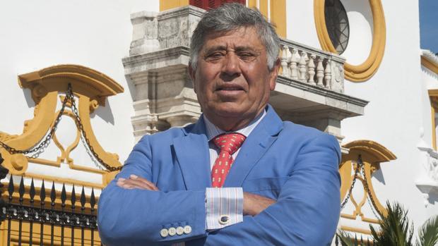 Manuel Ruiz «Manili», junto a la Maestranza