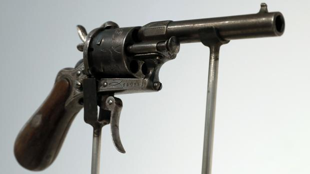 El revólver con el que Verlaine hirió a Rimbaud, subastado por 434.500 euros en Christie's