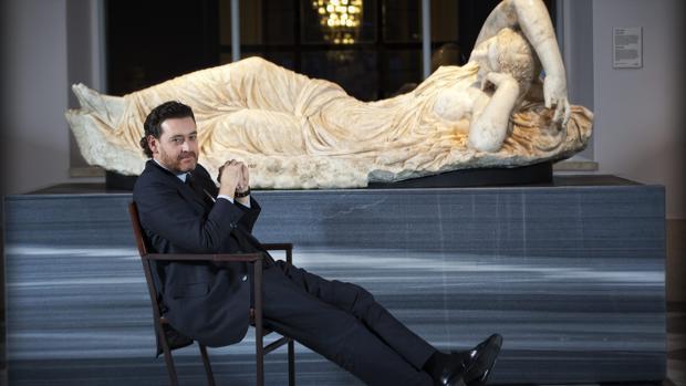 Miguel Zugaza, ante la «Ariadna dormida», en el Museo del Prado