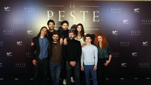 El director de la serie, Alberto Rodríguez, junto al equipo de actores