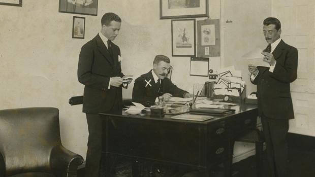 Emilio María de Torres (en el centro, señalado con una x), secretario particular del Rey, en su despacho en mayo de 1917