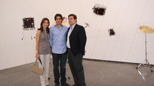 Isabel y Agustín Coppel, junto a su hijo, con la obra «Geometría expandida», de Damián Ortega