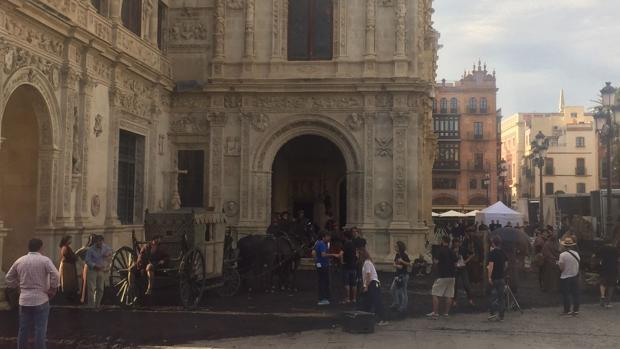 Momento del rodaje de la serie «La Peste» en la plaza de San Francisco de Sevilla
