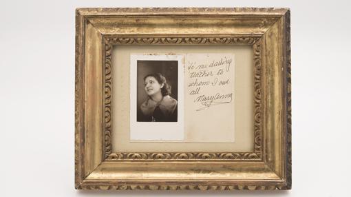 Foto con mensaje dedicado de una joven Marianna Kalogeropoulou a su primera profesora de canto Maria Trivella con 15 años