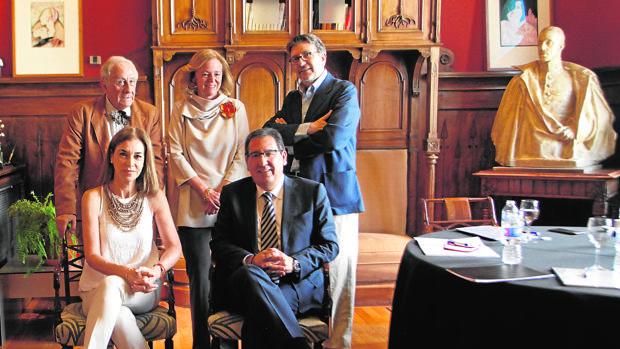 Los miembros del jurado: Inocencio Arias, Catalina Luca de Tena e Ignacio Camacho, de pie; Carmen Posadas y Antonio Pulido, sentados