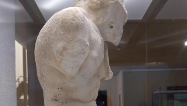 Se trata de una escultura masculina de marmol blanco y grano grueso