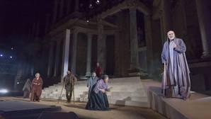 Pueblo. Juan Fernández (Anciano) y el Coro, en una escena de la obra