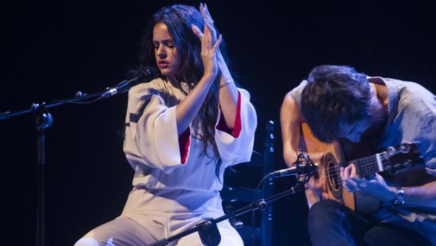 Rosalía, junto a Raül Refree, durante su concierto en el Auditorio El Batel de Cartagena