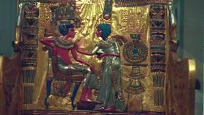 Respaldo del trono enchapado en oro de Tutankamón en el que se ve a Anjesenamón con la corona de Gran Esposa Real.