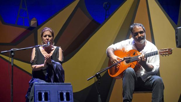 La cantaora Lole Montoya acompañada a la guitarra por Juan Carmona