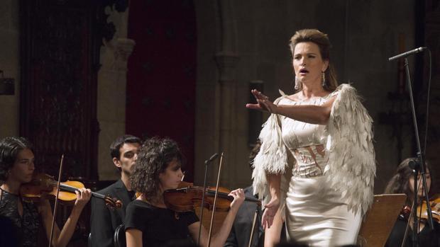 La soprano Ainhoa Arteta (d), junto a la Orquesta Victoria de los Ángeles, durante el Festival de Peralada