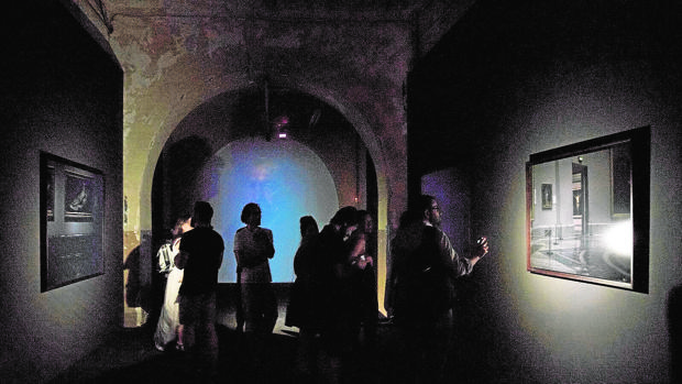 Un grupo de visitantes, durante la inauguración de «Guía Nocturna de Museos»