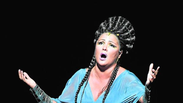 Anna Netrebko caracterizada como Aida