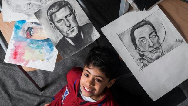 Fahrad Nouri, junto a algunos de sus retratos