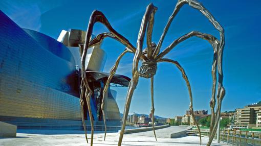 «Mamá», amenazadora araña de Louise Bourgeois, de casi 9 metros de altura, en el exterior del museo bilbaíno