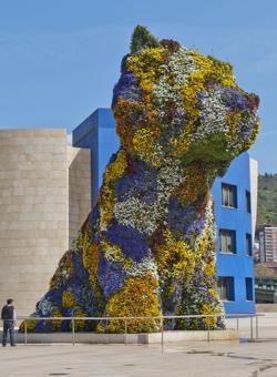 «Puppy», florido perro realizado por Jeff Koons, vigila día y noche el museo