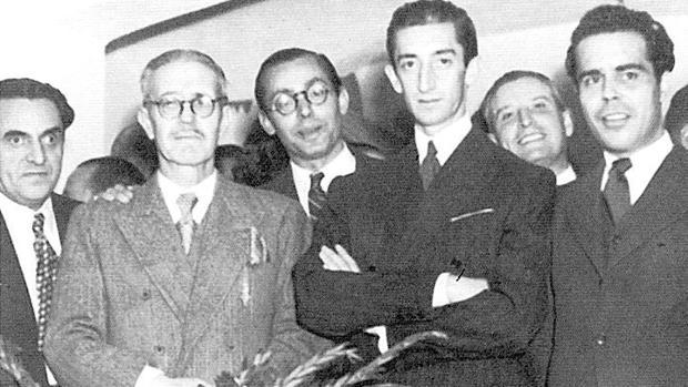 Pedro Garfias, primero por la izquierda, junto a Manolete