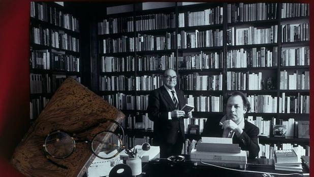 Un montaje fotográfico sobre el retrato de Javier Marías y su padre, el filósofo Julián Marías, en el que aparecen las que fueran sus gafas y uno de sus numerosos cuadernos de trabajo.