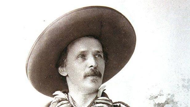 Karl May ataviado como su personaje Old Shatterhand en una imagen de 1896
