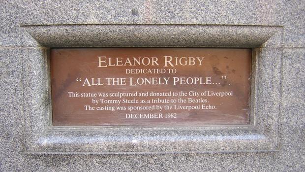 Placa conmemoorativa de la escultura dedicada al clásico de los Beatles en Liverpool