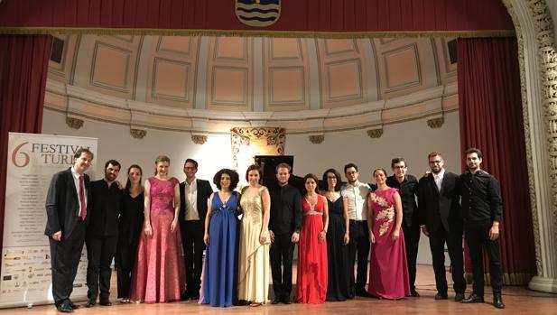 La directora Benedicte Palko junto a los solistas participantes en el festival, el domingo en Capitanía