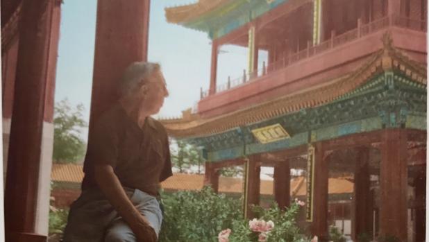 César M. Arconada, fotografiado en la Ciudad Sagrada de Pekín, hacia 1957
