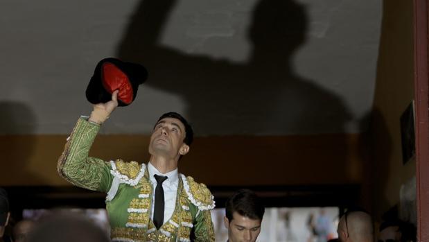 Paco Ureña alza su mirada en recuerdo del torero que ahora lleva el nombre de la puerta grande alcarreña