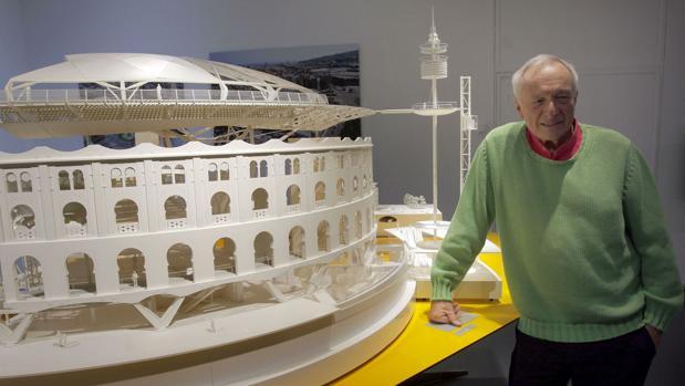Richard Rogers junto a la maqueta de una de sus obras en España: la Plaza de las Arenas de Barcelona