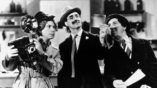 Harpo, Groucho y Chico, en una escena de «Un día en las carreras» (1937)