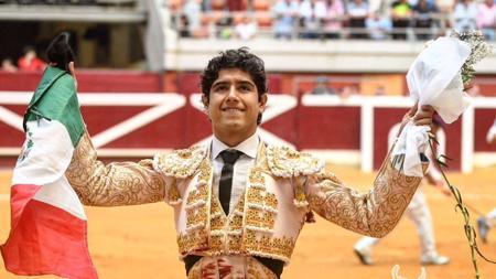 Luis David Adame da la vuelta al ruedo con la bandera mexicana