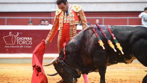Enrique Ponce, en un relajado muletazo al cuarto toro