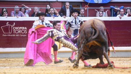 Urdiales sufrió una fea voltereta en el cuarto toro