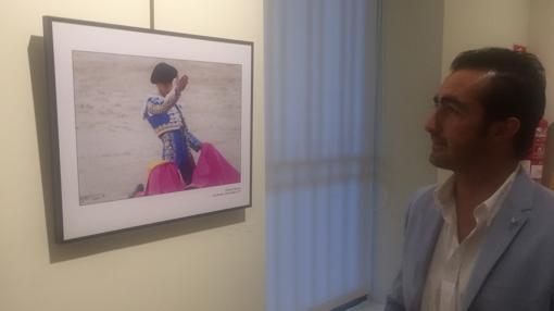 El Fandi contempla una de las imágenes de la exposición en la sala Bienvenida