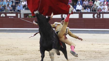 Paco Ureña, cogido por el quinto
