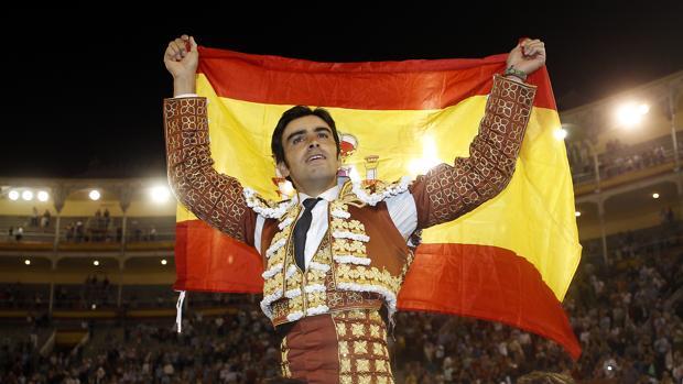 Miguel Ángel Perera se marcha a hombros del coso venteño con la bandera españa