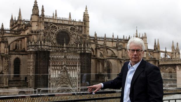Ken Follett, en una de las visitas que hizo a Sevilla para documentarse mientras escribía «Una columna de fuego»