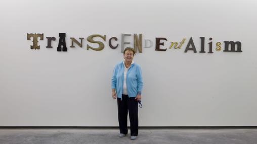 La galerista y coleccionista Helga de Alvear, junto a una obra de su colección