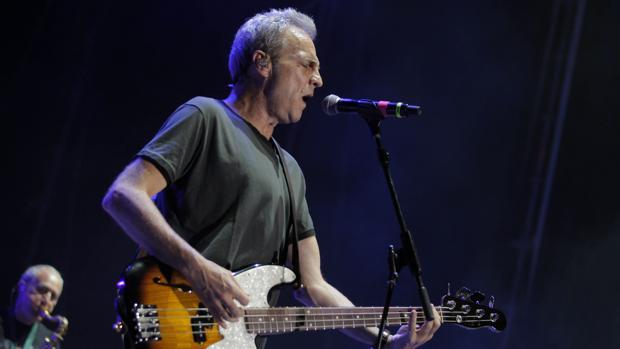 David Summers, de Hombres G, durante el concierto de este sábado en Sevilla