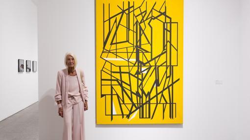 Soledad Lorenzo, junto a una obra de Palazuelo, que forma parte de la donación que ha hecho al Reina Sofía