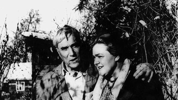 El escritor Boris Pasternak y Olga Ivinskaya en su dacha (1950)