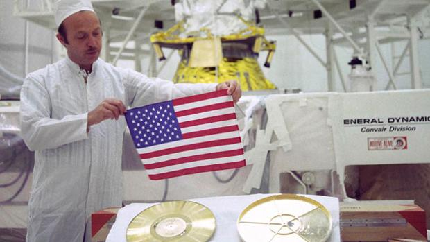 John Casani prepara en agosto de 1977 el envoltorio de un Golden Record