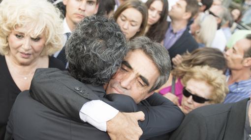 El abrazo emocionado de Victorino
