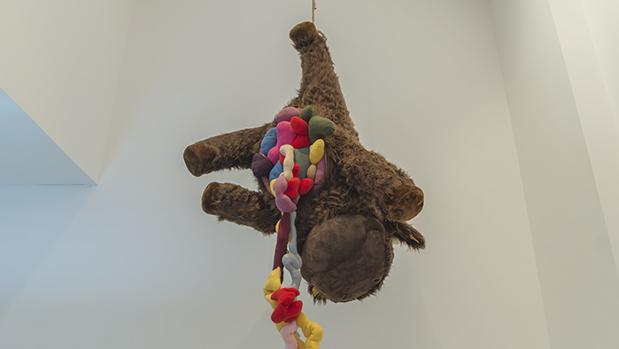 Oso de peluche destripado en la muestra de Franquelo-Giner